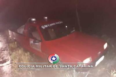 Em fuga ladrões abandonam veiculo depois de abordados pela policia
